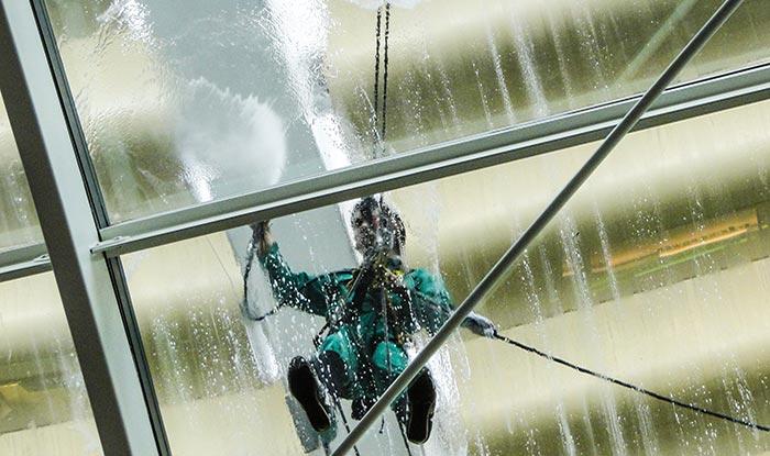 почистване на стъклени и огледални фасади